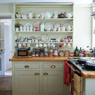 Imagen de cocina comedor en L, clásica, pequeña, con armarios estilo shaker, puertas de armario verdes, encimera de madera y suelo de madera en tonos medios