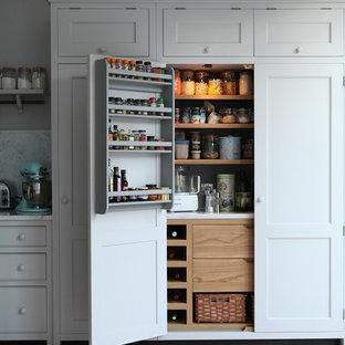 Idee per una cucina chic di medie dimensioni con ante in stile shaker, ante grigie, top in marmo, paraspruzzi grigio, paraspruzzi in lastra di pietra, parquet chiaro e isola