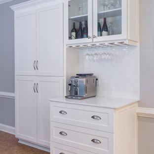 Inspiration för ett mellanstort vintage kök, med en rustik diskho, skåp i shakerstil, vita skåp, bänkskiva i kvartsit, vitt stänkskydd, stänkskydd i tunnelbanekakel, rostfria vitvaror, korkgolv och en köksö