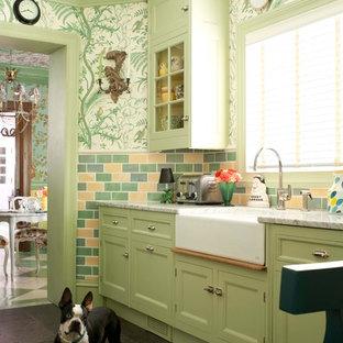 Пример оригинального дизайна: кухня в классическом стиле с раковиной в стиле кантри, фасадами с утопленной филенкой, зелеными фасадами и разноцветным фартуком