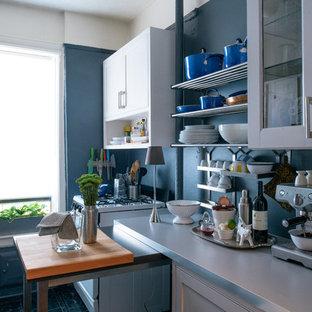 Imagen de cocina en L, actual, pequeña, cerrada, con armarios con puertas mallorquinas y una isla