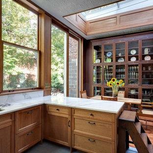 Rustikale Wohnküche mit Unterbauwaschbecken, Schrankfronten mit vertiefter Füllung, hellbraunen Holzschränken, Küchenrückwand in Weiß, Rückwand aus Stein, braunem Holzboden und Halbinsel in New York