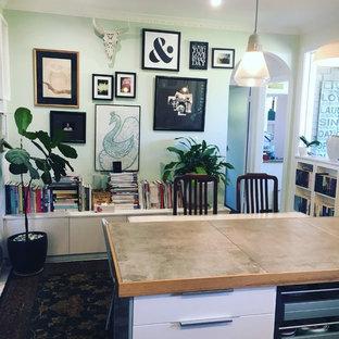 Kleine Eklektische Wohnküche in U-Form mit Landhausspüle, offenen Schränken, weißen Schränken, Arbeitsplatte aus Fliesen, Küchenrückwand in Weiß, Rückwand aus Keramikfliesen, Küchengeräten aus Edelstahl, gebeiztem Holzboden, Kücheninsel, weißem Boden und grauer Arbeitsplatte in Melbourne