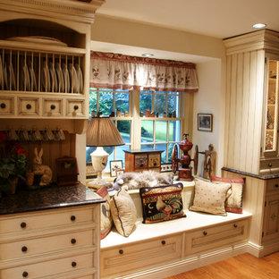 フィラデルフィアの中サイズのカントリー風おしゃれなキッチン (アンダーカウンターシンク、インセット扉のキャビネット、ベージュのキャビネット、御影石カウンター、マルチカラーのキッチンパネル、パネルと同色の調理設備、テラコッタタイルのキッチンパネル、無垢フローリング) の写真