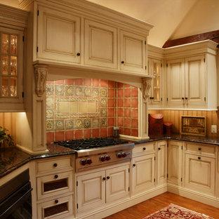 Inspiration för mellanstora lantliga kök, med en rustik diskho, luckor med upphöjd panel, flerfärgad stänkskydd, stänkskydd i terrakottakakel, rostfria vitvaror, granitbänkskiva, beige skåp och mellanmörkt trägolv
