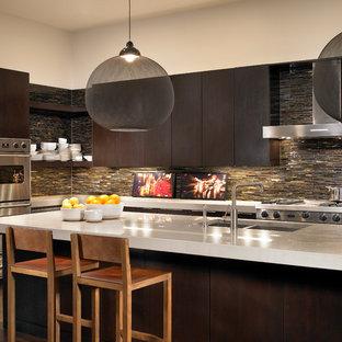 Moderne Küche mit Doppelwaschbecken, flächenbündigen Schrankfronten, dunklen Holzschränken, Küchenrückwand in Braun, Rückwand aus Stäbchenfliesen und Küchengeräten aus Edelstahl in Chicago