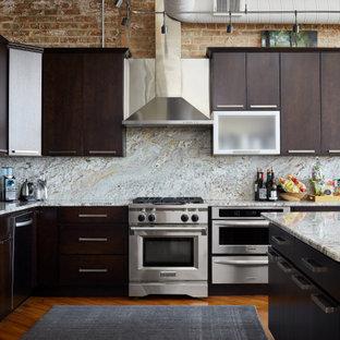 Große Industrial Wohnküche in L-Form mit Einbauwaschbecken, flächenbündigen Schrankfronten, dunklen Holzschränken, Marmor-Arbeitsplatte, bunter Rückwand, Rückwand aus Marmor, Küchengeräten aus Edelstahl, braunem Holzboden und Kücheninsel in Chicago