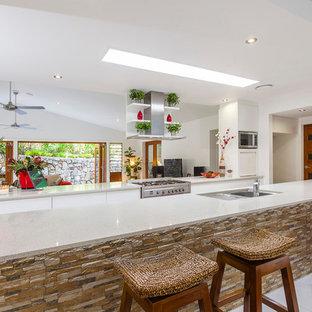 サンシャインコーストのアジアンスタイルのおしゃれなキッチン (ダブルシンク、フラットパネル扉のキャビネット、白いキャビネット、シルバーの調理設備の) の写真