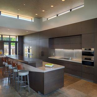 Esempio di una cucina design di medie dimensioni con ante lisce, ante in legno bruno, elettrodomestici in acciaio inossidabile, isola, lavello sottopiano, paraspruzzi grigio, top in quarzo composito, paraspruzzi con piastrelle di vetro e pavimento in travertino