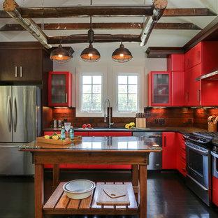 ローリーの小さいカントリー風おしゃれなキッチン (シングルシンク、フラットパネル扉のキャビネット、赤いキャビネット、御影石カウンター、茶色いキッチンパネル、シルバーの調理設備の、濃色無垢フローリング、木材のキッチンパネル、茶色い床) の写真
