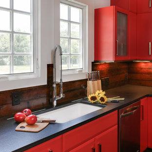 ローリーの小さいカントリー風おしゃれなキッチン (シングルシンク、フラットパネル扉のキャビネット、赤いキャビネット、御影石カウンター、茶色いキッチンパネル、シルバーの調理設備、濃色無垢フローリング、木材のキッチンパネル) の写真