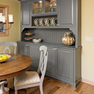 ミネアポリスの小さいエクレクティックスタイルのおしゃれなキッチン (アンダーカウンターシンク、レイズドパネル扉のキャビネット、グレーのキャビネット、ソープストーンカウンター、青いキッチンパネル、サブウェイタイルのキッチンパネル、シルバーの調理設備の、無垢フローリング、茶色い床、グレーのキッチンカウンター) の写真
