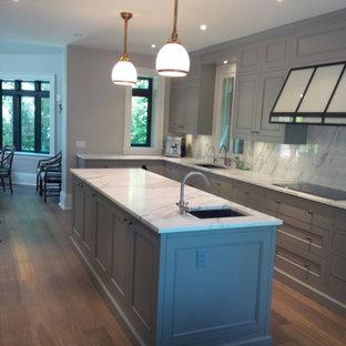 Große Moderne Wohnküche in L-Form mit Unterbauwaschbecken, Schrankfronten mit vertiefter Füllung, grauen Schränken, Marmor-Arbeitsplatte, Küchenrückwand in Weiß, Rückwand aus Stein, Küchengeräten aus Edelstahl, braunem Holzboden und Kücheninsel in Toronto