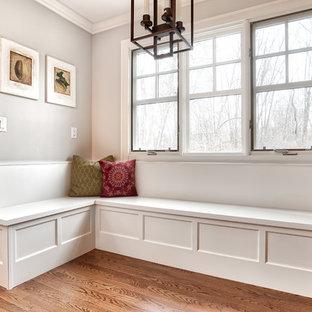 Esempio di una cucina chic di medie dimensioni con lavello sottopiano, ante a filo, ante bianche, top in quarzite, paraspruzzi bianco, paraspruzzi con piastrelle a mosaico, elettrodomestici in acciaio inossidabile, pavimento in legno massello medio, pavimento marrone e top bianco