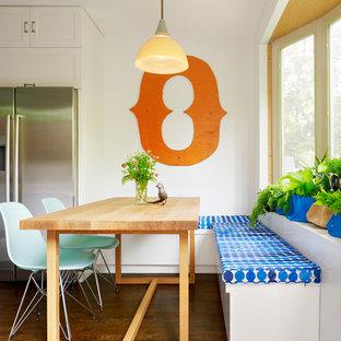 На фото: кухня среднего размера в современном стиле с обеденным столом, фасадами в стиле шейкер, белыми фасадами, техникой из нержавеющей стали, темным паркетным полом, врезной раковиной, столешницей из цинка и островом с