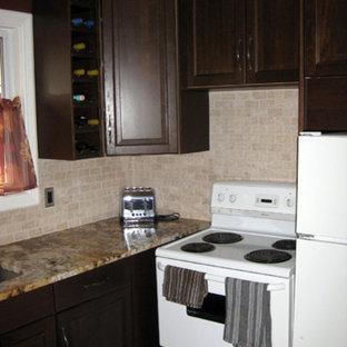 オタワの小さいラスティックスタイルのおしゃれなL型キッチン (ダブルシンク、落し込みパネル扉のキャビネット、濃色木目調キャビネット、御影石カウンター、ベージュキッチンパネル、セラミックタイルのキッチンパネル、白い調理設備、トラバーチンの床、アイランドなし) の写真