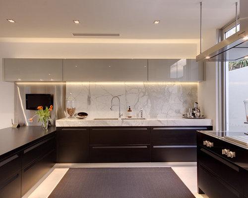 Cuisine moderne avec un placard avec porte panneau for Placard cuisine moderne