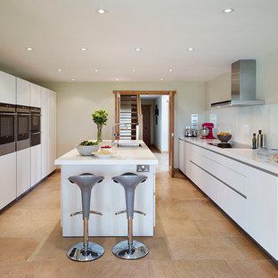 Inspiration för ett funkis kök, med vita skåp, laminatbänkskiva, vitt stänkskydd, glaspanel som stänkskydd och rostfria vitvaror