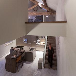 ウエストミッドランズの大きいコンテンポラリースタイルのおしゃれなキッチン (シングルシンク、フラットパネル扉のキャビネット、ベージュのキャビネット、ラミネートカウンター、シルバーの調理設備の、セラミックタイルの床) の写真