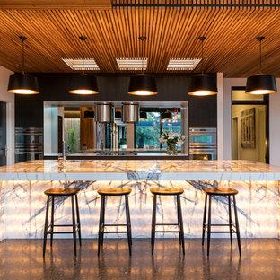 Inspiration för ett stort funkis l-kök, med en undermonterad diskho, spegel som stänkskydd, rostfria vitvaror och en köksö