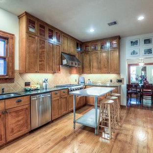 Idéer för ett stort amerikanskt kök, med en undermonterad diskho, skåp i shakerstil, skåp i mellenmörkt trä, bänkskiva i koppar, beige stänkskydd, stänkskydd i stenkakel, rostfria vitvaror, mellanmörkt trägolv och en köksö