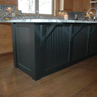 セントルイスのエクレクティックスタイルのおしゃれなキッチン (シェーカースタイル扉のキャビネット、淡色木目調キャビネット、御影石カウンター、マルチカラーのキッチンパネル、ガラスタイルのキッチンパネル、シルバーの調理設備の) の写真