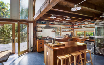 Houzz Tour: Modern Barn Home Nestles Quietly in the Woods