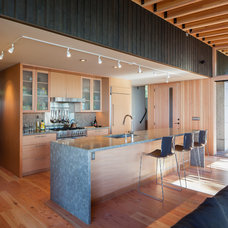 Beach Style Kitchen by Heliotrope Architects