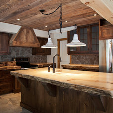Rustic Kitchen by Les Constructions MontagneArt