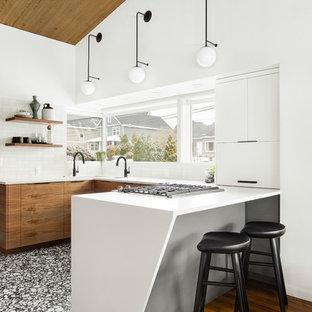 Выдающиеся фото от архитекторов и дизайнеров интерьера: маленькая п-образная кухня в современном стиле с обеденным столом, врезной раковиной, плоскими фасадами, темными деревянными фасадами, столешницей из кварцевого композита, белым фартуком, фартуком из керамической плитки, техникой под мебельный фасад, полом из терраццо, черным полом и белой столешницей