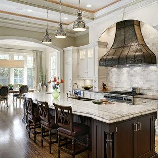 Klassische Wohnküche mit Doppelwaschbecken, Schrankfronten mit vertiefter Füllung, weißen Schränken, Küchenrückwand in Weiß, Rückwand aus Steinfliesen und Küchengeräten aus Edelstahl in Chicago