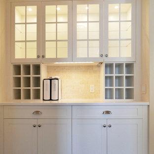 ニューヨークの小さいトランジショナルスタイルのおしゃれなキッチン (シングルシンク、シェーカースタイル扉のキャビネット、白いキャビネット、珪岩カウンター、黄色いキッチンパネル、石タイルのキッチンパネル、シルバーの調理設備の、磁器タイルの床、アイランドなし) の写真