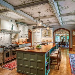 フィラデルフィアのヴィクトリアン調のおしゃれなキッチン (アンダーカウンターシンク、木材カウンター、白いキッチンパネル、シルバーの調理設備、無垢フローリング) の写真