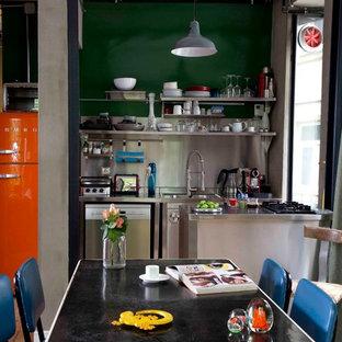 Exempel på ett industriellt kök, med öppna hyllor, skåp i rostfritt stål, stänkskydd med metallisk yta, stänkskydd i metallkakel och färgglada vitvaror