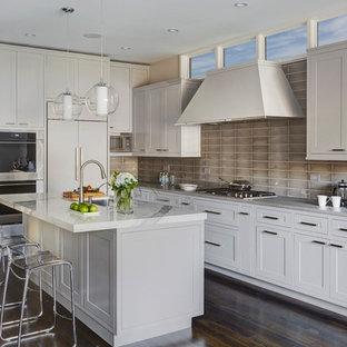 Mittelgroße Klassische Wohnküche in L-Form mit Unterbauwaschbecken, Schrankfronten im Shaker-Stil, grauen Schränken, Küchenrückwand in Grau, Küchengeräten aus Edelstahl, dunklem Holzboden, Kücheninsel, Onyx-Arbeitsplatte und Rückwand aus Glasfliesen in Chicago