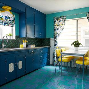 Mittelgroße Retro Küche ohne Insel in U-Form mit Unterbauwaschbecken, flächenbündigen Schrankfronten, blauen Schränken, Quarzwerkstein-Arbeitsplatte, Küchenrückwand in Blau, Rückwand aus Zementfliesen, Küchengeräten aus Edelstahl, Porzellan-Bodenfliesen, blauem Boden und grauer Arbeitsplatte in San Francisco