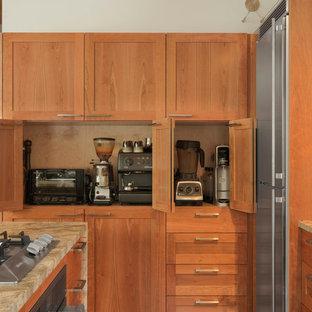 Ispirazione per una piccola cucina moderna con isola, lavello sottopiano, ante in stile shaker, ante in legno chiaro, top in granito, paraspruzzi grigio, paraspruzzi in lastra di pietra, elettrodomestici in acciaio inossidabile, pavimento in cemento e pavimento grigio