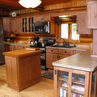 Große Urige Wohnküche in U-Form mit Einbauwaschbecken, Schrankfronten im Shaker-Stil, hellen Holzschränken, Laminat-Arbeitsplatte, Rückwand aus Holz, Küchengeräten aus Edelstahl, braunem Holzboden, Kücheninsel und gelbem Boden in Sonstige