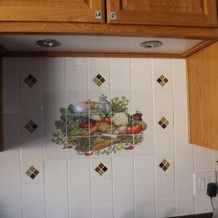 他の地域の小さいアジアンスタイルのおしゃれなキッチン (ダブルシンク、オープンシェルフ、中間色木目調キャビネット、ラミネートカウンター、白いキッチンパネル、セラミックタイルのキッチンパネル、シルバーの調理設備の、ラミネートの床、アイランドなし) の写真