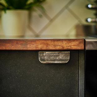 Bild på ett mellanstort funkis kök, med en nedsänkt diskho, släta luckor, svarta skåp, bänkskiva i akrylsten, vitt stänkskydd, stänkskydd i tunnelbanekakel, svarta vitvaror, klinkergolv i keramik, en halv köksö och flerfärgat golv