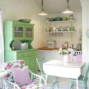 Idéer för ett litet shabby chic-inspirerat brun linjärt kök med öppen planlösning, med öppna hyllor, vita skåp, träbänkskiva, vita vitvaror, vitt stänkskydd, stänkskydd i trä och vitt golv