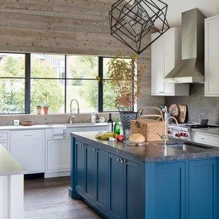 他の地域の大きいラスティックスタイルのおしゃれなキッチン (シェーカースタイル扉のキャビネット、濃色無垢フローリング、アンダーカウンターシンク、白いキャビネット、グレーのキッチンパネル、モザイクタイルのキッチンパネル、シルバーの調理設備の、茶色い床、グレーのキッチンカウンター) の写真