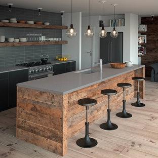 Inspiration för ett mellanstort industriellt kök, med en undermonterad diskho, släta luckor, bänkskiva i kvartsit, ljust trägolv och en köksö