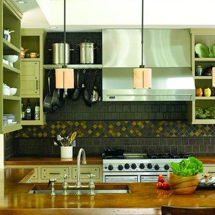 Свежая идея для дизайна: кухня в современном стиле с техникой из нержавеющей стали, столешницей из меди, одинарной раковиной, открытыми фасадами и зелеными фасадами - отличное фото интерьера