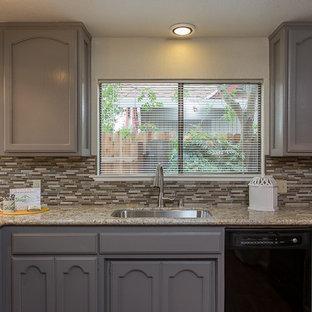 Inspiration för ett litet vintage kök, med en undermonterad diskho, luckor med infälld panel, grå skåp, granitbänkskiva, grått stänkskydd, stänkskydd i stickkakel och svarta vitvaror