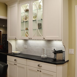 サンフランシスコの小さいトランジショナルスタイルのおしゃれなキッチン (シングルシンク、シェーカースタイル扉のキャビネット、白いキャビネット、ソープストーンカウンター、グレーのキッチンパネル、サブウェイタイルのキッチンパネル、シルバーの調理設備の、淡色無垢フローリング) の写真
