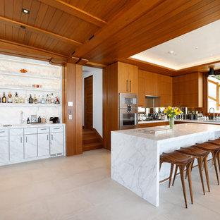 Diseño de cocina en L, moderna, grande, abierta, con fregadero bajoencimera, armarios con paneles lisos, puertas de armario de madera oscura, salpicadero con efecto espejo, electrodomésticos de acero inoxidable, una isla, suelo beige, encimeras blancas y encimera de mármol