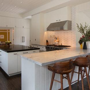 サンフランシスコの広いコンテンポラリースタイルのおしゃれなキッチン (ドロップインシンク、フラットパネル扉のキャビネット、白いキャビネット、大理石カウンター、シルバーの調理設備、濃色無垢フローリング) の写真