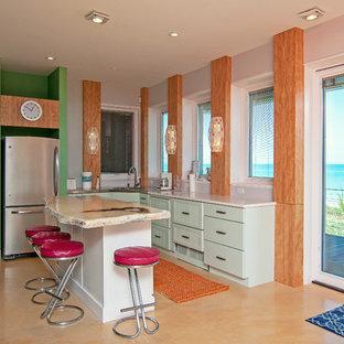 シカゴのビーチスタイルのおしゃれなキッチン (アンダーカウンターシンク、落し込みパネル扉のキャビネット、緑のキャビネット、緑のキッチンパネル、シルバーの調理設備の、オレンジの床、白いキッチンカウンター) の写真