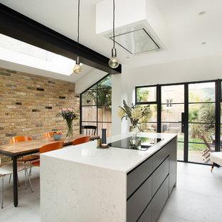 Mittelgroße Skandinavische Wohnküche mit flächenbündigen Schrankfronten, Marmor-Arbeitsplatte, Keramikboden, Kücheninsel, grauem Boden, weißer Arbeitsplatte und weißen Schränken in London